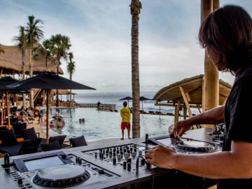 DJ-at-Finns-Beach-Club