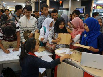 Sejumlah pencari kerja memadati salah satu stan perusahaan dalam Job Fair 2016 yang digelar di mal Tangerang City, Tangerang, Banten, Selasa (24/5). Pemerinta Kota Tangerang menggelar kegiatan yang diikuti puluhan perusahaan tersebut untuk menyerap tenaga kerja guna menekan angka pengangguran khususnya di kota Tangerang. ANTARA FOTO/Lucky R./pd/16