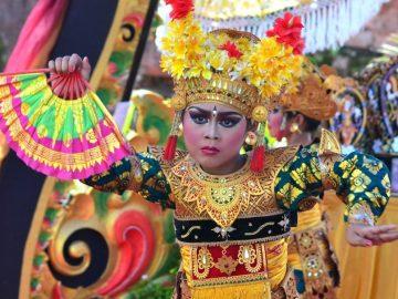 Pelajar Sekolah Dasar (SD) mementaskan Tari Legong Keraton Lasem saat mengikuti lomba tari di Puri Agung Denpasar, Bali, Minggu (28/2). Lomba yang diikuti ratusan pelajar SD tersebut digelar sebagai upaya pelestarian kesenian, khususnya tari tradisional Bali. ANTARA FOTO/Fikri Yusuf/kye/16