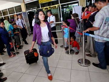 Tenaga Kerja Indonesia (TKI) mencari kerabatnya saat tiba di Indonesia. KPK bersama kepolisian melakukan operasi tangkap tangan kepada pihak yang diduga melakukan pemerasan kepada TKI di bandara Sukarno Hatta. ANTARA FOTO/Noveradika/ed/ama/14