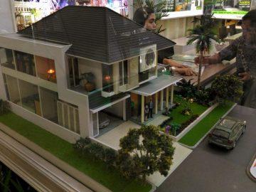"""Penjaga stan menjelaskan tentang model dan harga rumah kepada calon pembeli pada pameran perumahan Real Estate Indonesia (REI), di Semarang, Rabu (7/9). REI berharap adanya dampak baik dari relaksasi kebijakan """"loan to value"""" (LTV) mengenai besaran uang muka kredit perumahan sehingga bisa menggeliatkan penjualan dan meningkatkan angka investasi rumah. ANTARA FOTO/R. Rekotomo/foc/16."""