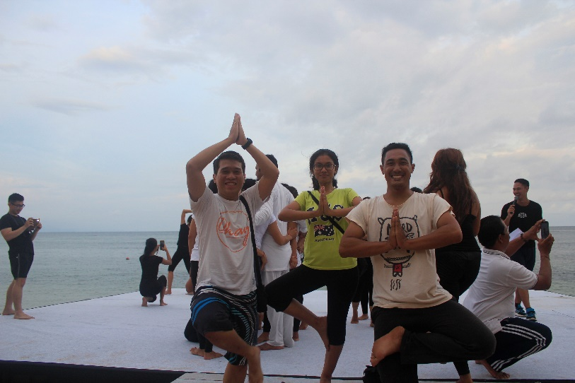 beach-family-yoga