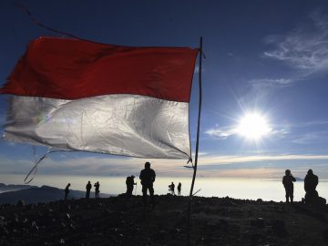Sejumlah pendaki menikmati pemandangan dari puncak Gunung Semeru, Malang, Jawa Timur, Minggu (31/7). Gunung Semeru adalah gunung tertinggi di pulau Jawa dan menjadi salah satu destinasi favorit bagi para pendaki gunung baik dalam negeri maupun mancanegara. ANTARA FOTO/Zabur Karuru/aww/16.