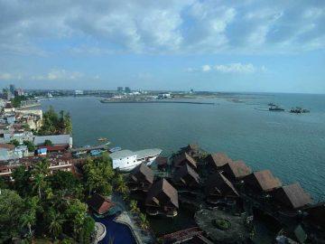 Pengerjaan proyek reklamasi dikawasan pantai Losari (atas), Kota Makassar, Sulawesi Selatan, Rabu (9/8/2017). Pemprov Sulsel dalam tahun ini menargetkan penyelesaian kawasan reklamasi yang diberi nama Center Point of Indonesia (CPI), reklamasi pantai pasir putih sepanjang 350 meter, dengan lebar 50 meter, diperuntukan untuk fasilitas umum bagi warga dan wisatawan di kota Makassar. BeritaSatuPhoto-SP/Joanito  De Saojoao.